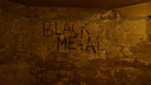 """Texten """"Black Metal"""" som graffitti på en vägg i en källare"""