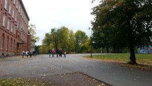 Elever i den finska skolan Luostarivuori kan vistas i Samppalinnaparken under rasterna.