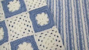 sinivalkoisia vauvanpeittoja