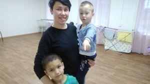 Direktör Viktorija Sjutova med pojkarna Artem och Damir.