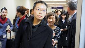 Den taiwanesiska aktivisten Li Ming-ches hustru 27.11.2017 på väg till rättegång i Kina.