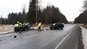 Frontalkrock i Nykarleby, räddningspersonal arbetar på olycksplatsen.