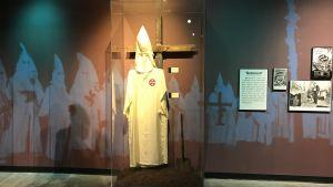 På museet för de svartas historia i Birmingham visas bl.a. en ful Ku klux klan-mundering med den vita kåpan med dolt huvud