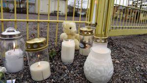 Minnesljus till barnet som knivhöggs av sin pappa i Borgå 13 november 2017.