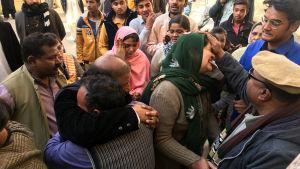 Sörjande kristna samlades  efter terrorattacken utanför ett sjukhus i Quetta