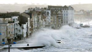 Vågor slår in i Wimereux i norra Frankrike.
