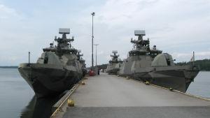 Hamina-klassens robotbåtar i marinens hamn i Obbnäs, Kyrkslätt.