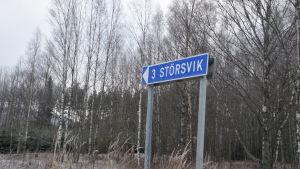 En skylt med texten Störsvik.