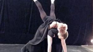 Pori Dance Company dansar framme i Vasa Trefaldighetskyrka.