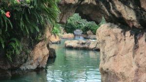 Vatten och bergsklyfta på idylliska Bali i Indonesien