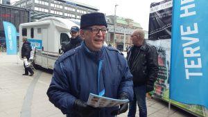 Paavo Väyrynen delar ut broschyrer på Narinkens torg