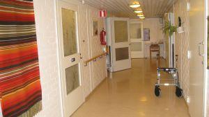 En korridor och en rollator.