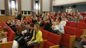 Barn och vuxna samlade i Kulturhuset Dux i Kristinestad.