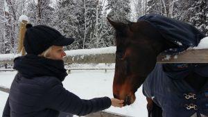 Sofia Kuula tillsammans med en av stallets hästar.