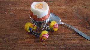 Bild av påskägg i äggkopp