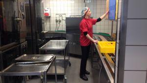 Krista Ruskomäki jobbar i skolköket i Källhagens skola i Virkby.