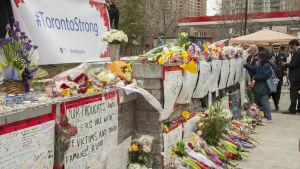 Blommor och hälsningar längs Yonge Strett som hedrar offren efter Toronto-attacken.