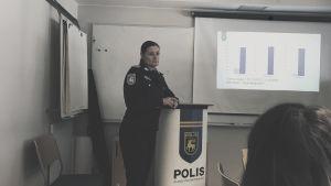 Kvinnlig polis föreläser