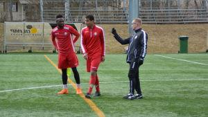 Seth Paintsil, Anthony Olusanya och Tomi Kärkkäinen på FF Jaros träningar.
