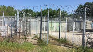 Varje vecka släpps en handfull migranter och flyktingar genom denna porten till Ungern