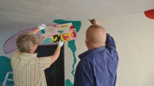 Ryggar av Ylva och Jaakko som visionerar väggen.