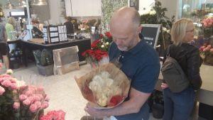 Mikael Grönberg har köpt rosor till sju studentfester.