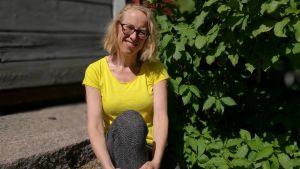 Skådespelaren och dramaturgen Harriet, Haje Abrahamsson utanför ett uthus invid Unga Teatern 2018.