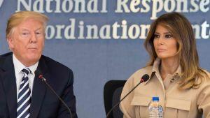 Donald och Melania Trump på en presskonferans.