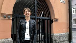 Luisa Tast som står framför ingången till Brändö kyrka.