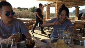 Det nygifta unga paret från Shanghai är på bröllopsresa i Grekand