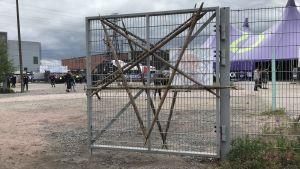Pentagram-dekoration på staket på Tuska 2018.