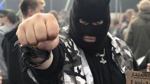 Man med svart maskeringshuva på Tuska-festivalen 2018.