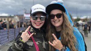 Två glada kvinnor på Tuska 2018.