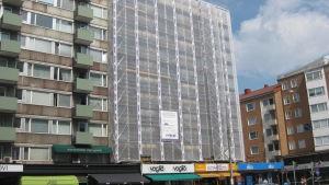 En hus inplastat för fasadrenovering.