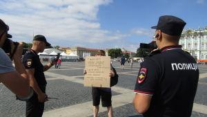 Den första enskilda demonstranten greps omedelbart av polisen. Pridedemonstrationen i S:t Petersburg gick av stapeln den 4 augusti 2018.