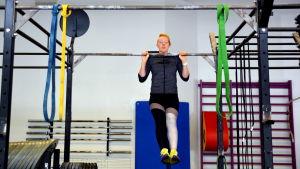 Matilda Nyqvist gör pull-ups