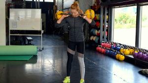 Matilda Nyqvist tränar med kettlebells