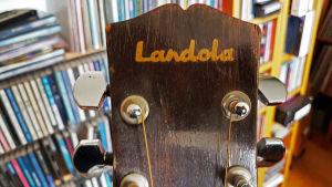 Lantola logon på en akustik gitarr