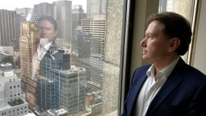 Henrik Ullner tittar ut över Manhattan från sitt kontor på 31. våningen
