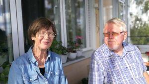 Författaren, översättaren Gudrun Utas och författaren Lars Sund på sin balkong i Uppsala. September 2018.