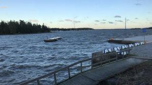 En flytbrygga i inre hamnen i Vasa har slitit sig i stormen 27.9