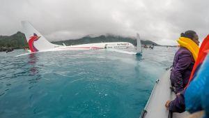 Air Niuginis Boeing 737-800 hamnade i en lagun efter att ha missat landningsbanan.