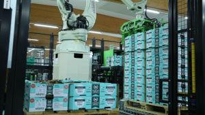 De tyngsta lyften sköts av robotar på grönsakspackeriet Närpes Grönsaker