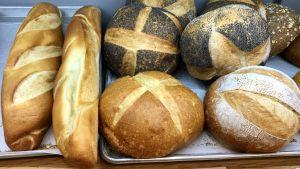 "Tiotal  bröd i Brooklyn-butik, med skylt:  ""Gammaldags bröd"""
