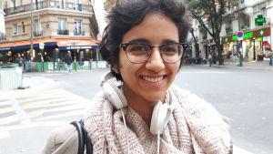 Fysikstudenten Lila gillar kulturprogrammen på public-service. Hon har hörlurar kring halsen och tittar leende in i kameran.