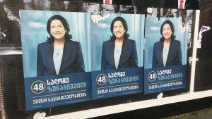 Georgiska presidentkandidaten Salome Zurabishvilis valaffischer dominerar stadsbilden i Tbilisi.