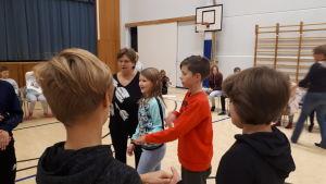 Ellen Furu och Linus Broberg dansar purpuri, Berit Haga instruerar.