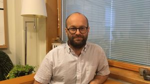 Bild på Tony Björk, rektor på Karamalmens skola i Esbo.