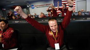 Jubel i Jet Propulsion Lab i Pasadena i Kalifornien i USA efter att sonden Insight landade på Mars.