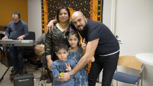 bild på en familj